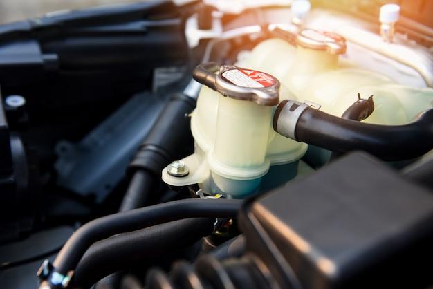 Koelmiddel automotor detail - sluit omhoog van motor van de machine de nieuwe motormotor controleren en schoonmaken om klanten in de autodienst te leveren