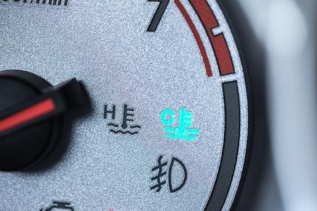 Koelmotorlampje van de auto op het dashboard van de auto, meterwaarschuwing voor de bestuurder, wachtend op warme, verwarmende motor