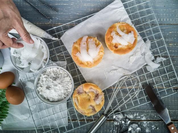 Koelrek met heerlijke cupcakes op houten achtergrond, hoogste mening