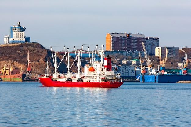 Koelschip in de haven op vladivostok