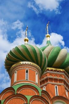 Koepel van de kathedraal van vasili de gezegende. saint basil's cathedral is een kerk op het rode plein in moskou, rusland. koepels van de kathedraal van de voorbede.