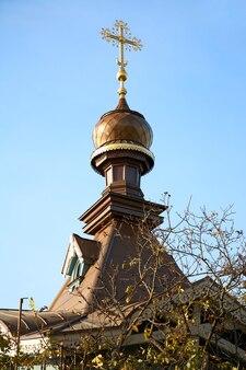 Koepel van de kerk op het grondgebied van de botanische tuin van de oekraïense academie van wetenschappen (kiev, oekraïne).