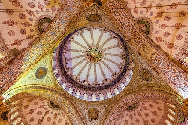 Koepel van de sultan ahmet-moskee in istanboel, turkije