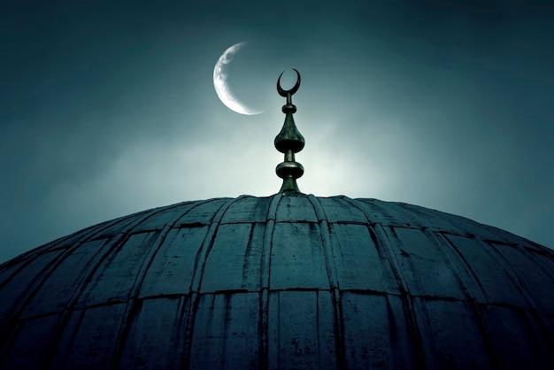 Koepel van een oude moskee met een halve maan