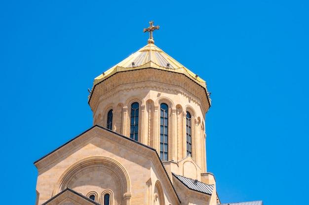 Koepel van sameba georgië tbilisi kathedraal van de heilige drie-eenheid, religieus.