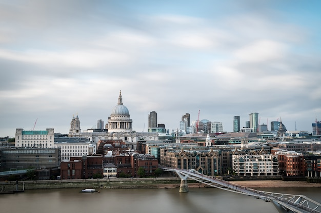 Koepel van st. pauls cathedral en moderne wolkenkrabbers van the city of london