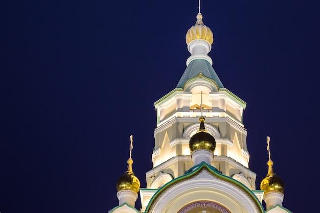 Koepels van de kerk van de heilige martelaar tatiana 's nachts