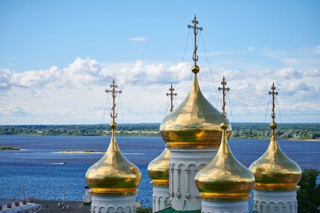 Koepels van orthodoxe kerk. gouden kruisen van russische kerk. heilige plaats voor parochianen en gebeden voor redding van de ziel.