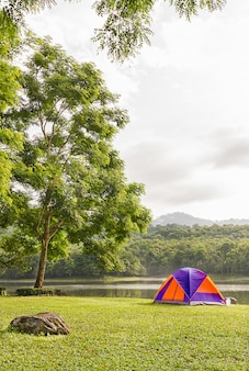 Koepeltent kamperen aan de kant van het meer