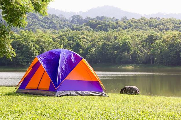 Koepeltent kamperen aan het meer