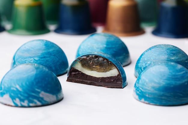Koepelvormig chocoladesuikergoed met limoen en muntgelei, frambozenganache.