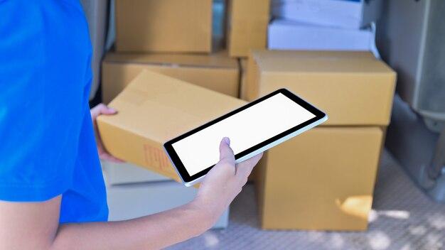 Koerier die een digitale tablet gebruikt om klantinformatie te verifiëren.