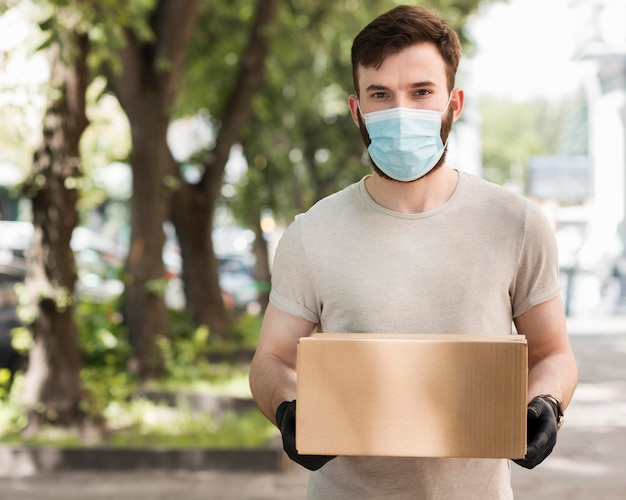 Koerier die een pakket levert