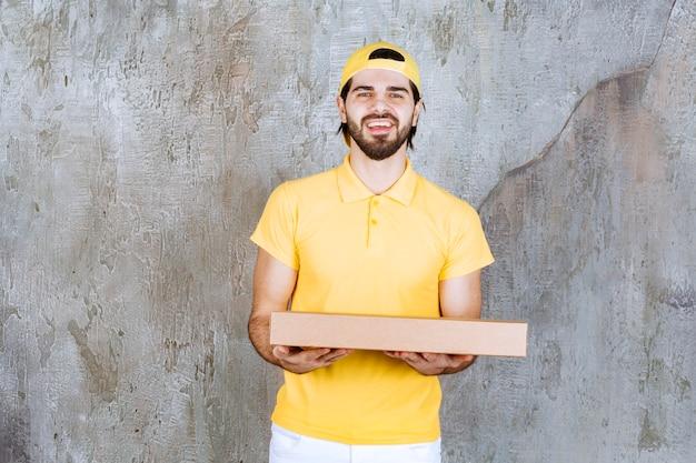 Koerier in geel uniform met een afhaalpizzadoos
