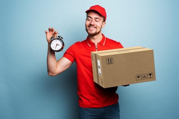 Koerier is punctueel om het pakket te bezorgen. emotionele uitdrukking. cyaan