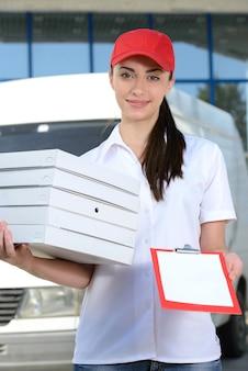 Koerier levering pizza met auto voor pizza levering