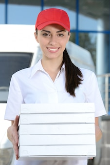 Koerier levering pizza, vrouw pizza bezorging.