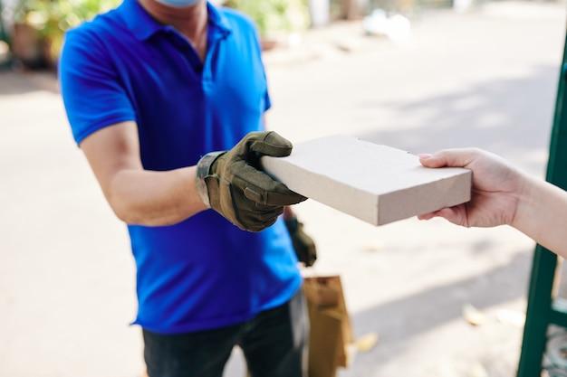 Koerier levert kleine doos