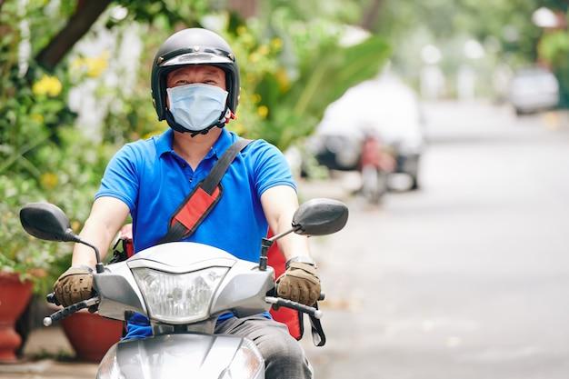 Koerier rijden op scooter
