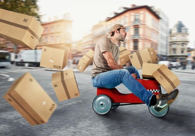Koerier rijdt snel met een speelgoedauto. concept van snelle en koeriersdiensten. cyaan achtergrond