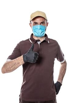 Koeriersman verzending met masker en handschoenen voor pandemie covid-19. geïsoleerd op wit.