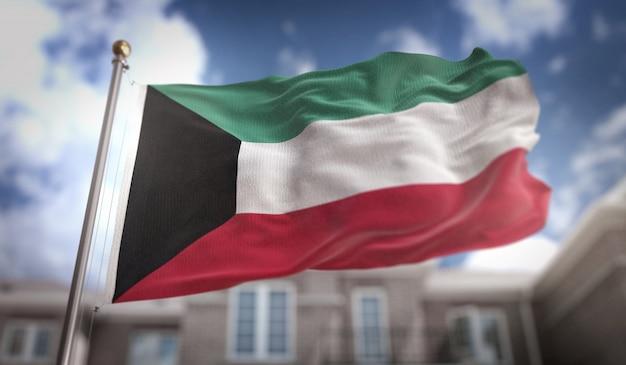 Koeweit vlag 3d-rendering op de blauwe hemel gebouw achtergrond