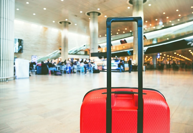 Koffer in het wachtgedeelte van de luchthaventerminal met loungezone