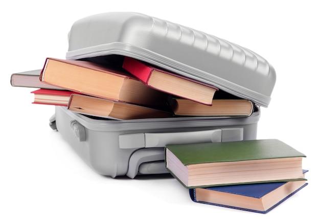 Koffer met boeken op wit wordt geïsoleerd