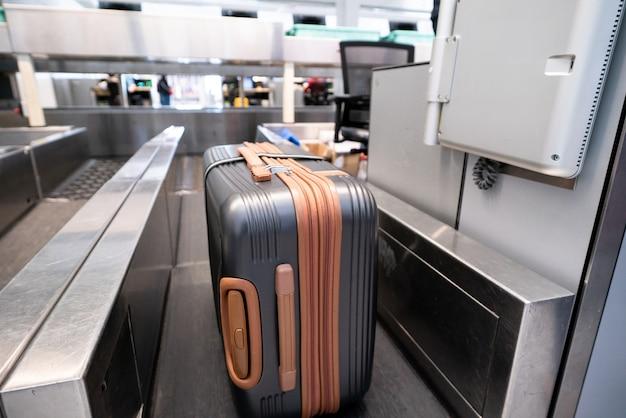 Koffer op bagagetransportsysteem bij de incheckbalie op de luchthaven