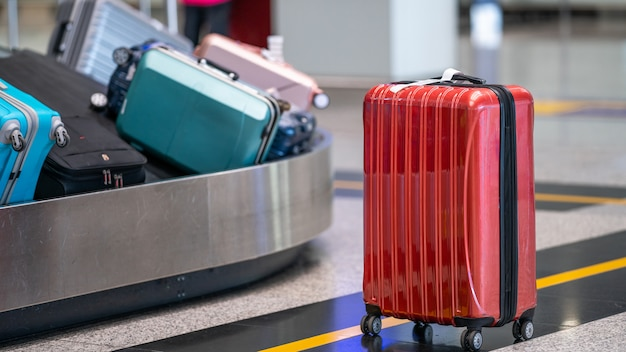 Koffer op transportband