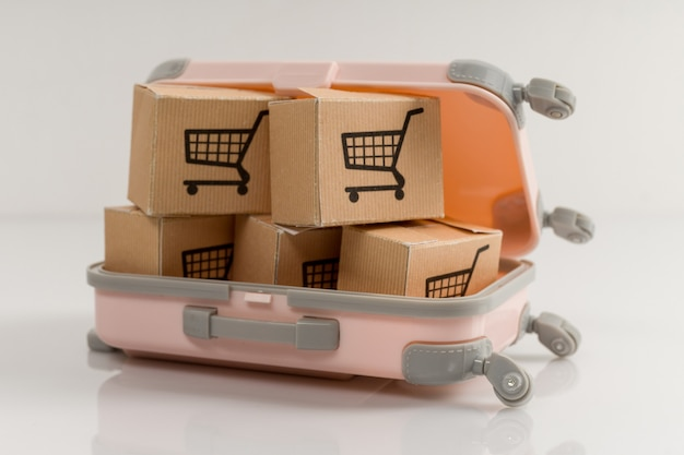 Koffer vol dozen met aankopen op een wit
