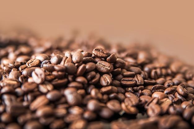 Koffie achtergrond close-up macro veel koffiebonen en kopieer ruimte