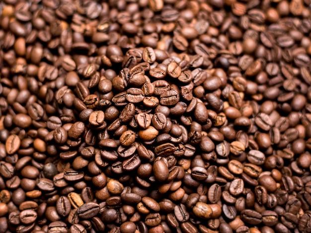 Koffie achtergrond. gebrande koffiebonen, bovenaanzicht, vertegenwoordigen ontbijt