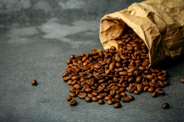 Koffie achtergrond. gebrande koffiebonen op een donkere achtergrond. koffiebanner voor menu, ontwerp en decoratie
