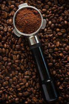 Koffie achtergrond. koffie automatisch uit machine met portafilter op koffie achtergrond. detailopname.