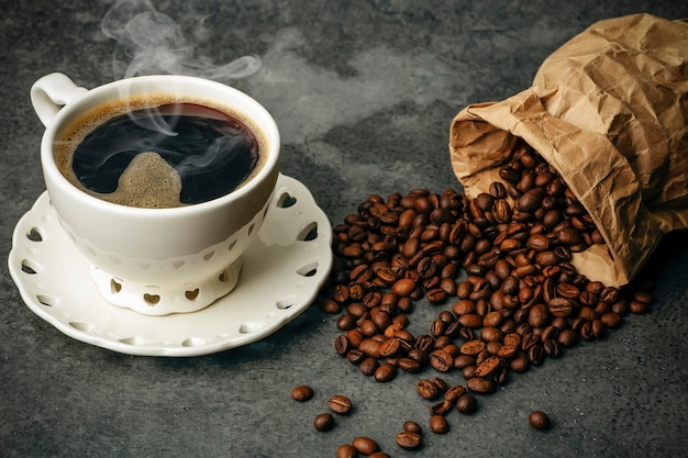 Koffie achtergrond. koffiebonen en kop op donkere achtergrond. koffiebanner voor menu, ontwerp en decoratie