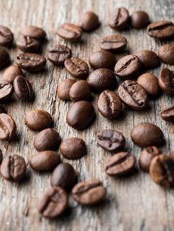 Koffie achtergrond. korrelkoffie op een rustieke houten achtergrond