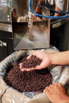 Koffie branden in speciale machine