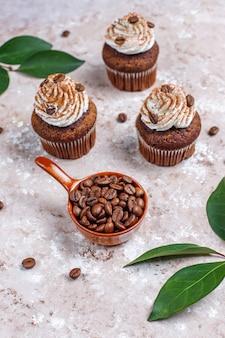 Koffie cupcakes versierd met slagroom en koffiebonen.
