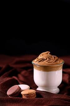 Koffie dalgona, in glas, drank, verticaal