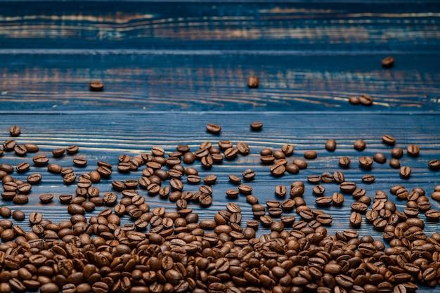 Koffie dichte omhooggaand op een houten blauwe lijst