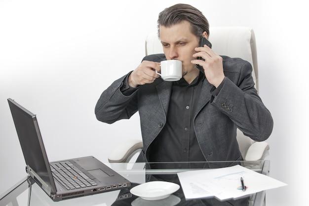Koffie drinken en proberen te bellen