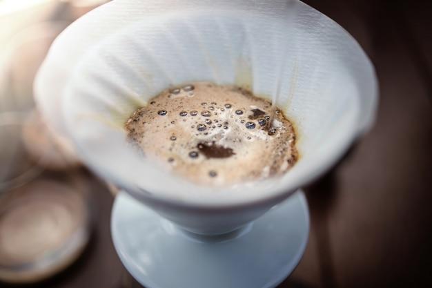 Koffie drip concept. thuis warme dranken maken. close-up shot