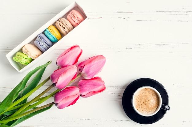 Koffie en bloemen tulpen