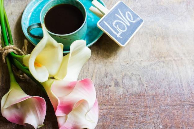 Koffie en calla bloemen