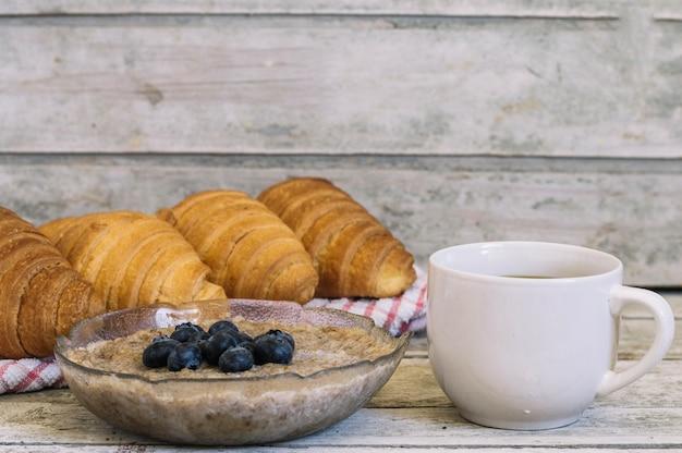 Koffie en champignons met croissants