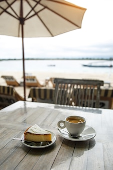 Koffie en cheesecake op tafel.