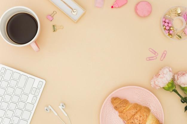 Koffie en croissant kopie ruimte