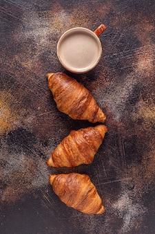 Koffie en croissant op steen. frans ontbijt. bovenaanzicht met kopie ruimte.