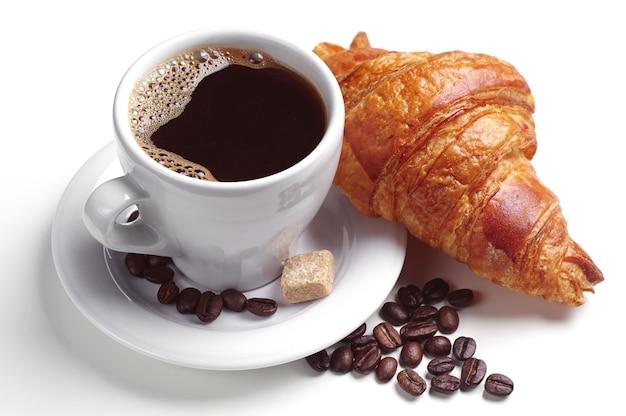 Koffie en croissant op witte achtergrond